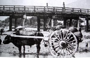 橋の下を行く牛車 明治時代 京を語る会・田中泰彦編集・解説『京都慕情』より