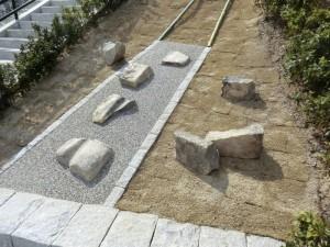 JR大津駅西側の石垣にはめ込まれたいた車石の断片(7個)と車石・車道研究会寄贈の車石(一番下の石)